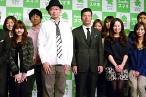 テレビCM発表会で出演する女子社員に囲まれた藤田晋社長(中央右)