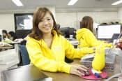 第一コミュニティ事業部の山崎ひとみ事業部長。黄色い人形は自ら手がけたサービス「きいてよ!ミルチョ」のキャラクター