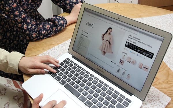 返品無料や接客なしなど、ネット通販ならではの特徴が支持されているところもある。 写真はイメージ