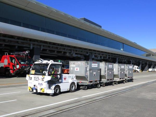 成田国際空港の制限エリア内を走る、自動運転のけん引車(トーイングトラクター)