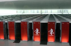スパコン「京」の頭脳。3000平方メートルの部屋にCPU(中央演算処理装置)を収納したボックス864個が整然と並ぶ(神戸市の理化学研究所計算科学研究機構)
