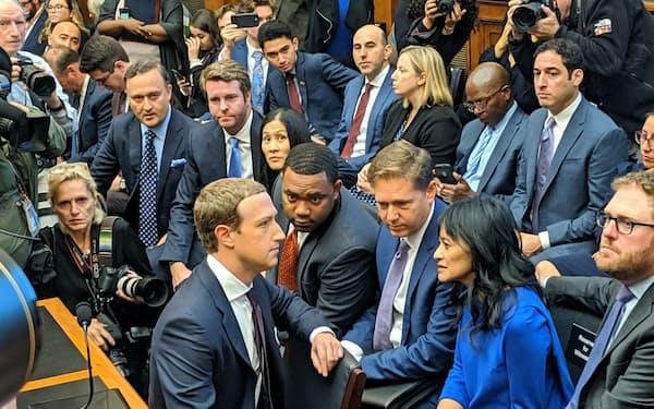 米下院の公聴会に出席したフェイスブックのザッカーバーグCEO(手前左)