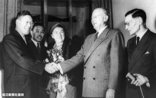 後に来日したドッジ氏を迎える池田勇人蔵相(左)と一万田尚登日銀総裁(右)。1951年10月30日撮影=毎日新聞社提供