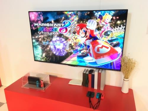 ソフトはまず「NewスーパーマリオブラザーズUデラックス」を売り出し、その後「マリオカート8デラックス」などを発売する(4日、上海市内)