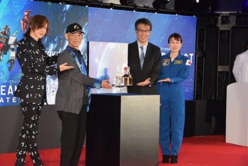 発表会では宇宙飛行士の山崎直子氏(一番右)や、ロックバンドLUNA SEA、X JAPANのメンバーのSUGIZO氏(一番左)も登壇した(写真:久我智也)