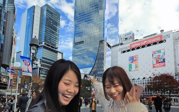 スクランブル交差点から振り返れば開業間もない「渋谷スクランブルスクエア」が見通せる