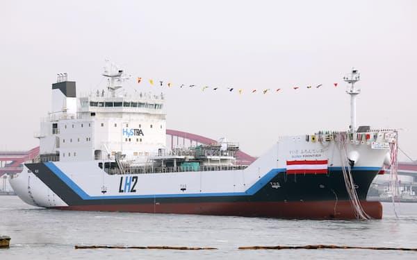 進水する世界初の液化水素運搬船「すいそ ふろんてぃあ」(11日、神戸市)