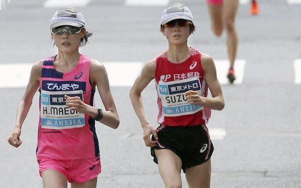 「マラソングランドチャンピオンシップ(MGC)」(東京五輪マラソン日本代表選考会)。20km付近で後続を引き離す前田穂南選手(手前左)と鈴木亜由子選手(同右)(代表撮影=共同)