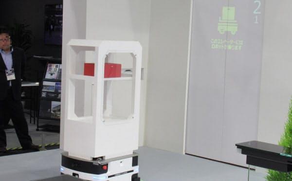 サービスロボットを利用したデモ。エレベーターを待っている