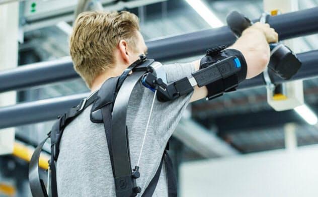 スケレックスの頭上作業用外骨格。腕に0.5~4キログラムのリフト力を与える(出所:ホンダ)