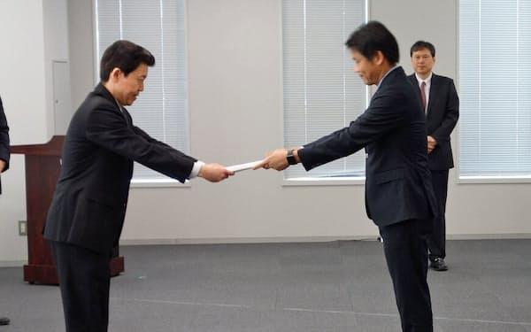 関東総合通信局にローカル5Gの免許申請した東京都の宮坂学副知事など(24日、東京・千代田)
