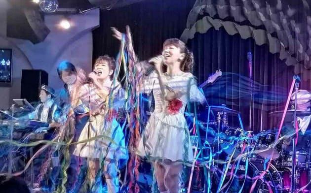 「天国に一番近いアイドル」を自称するmyunとyayo~。「昭和アイドル歌謡ショー」などのステージに加え、日本コロムビアからアルバム「昭和アイドル歌謡ショー ~あの頃のときめき~」をリリースするなどシニア世代のアイドルとして活動している