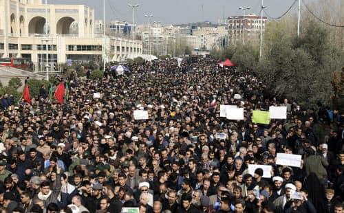 米軍のイラン軍司令官殺害に抗議するデモ(3日、テヘラン=AP)
