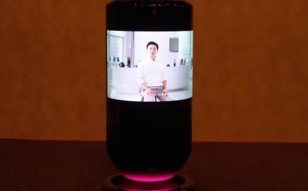 円筒形状の全周を曲面ディスプレーで覆ったスマートスピーカー「Mirage Smart Speaker」(写真:日経 xTECH)