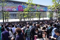 会場入口で入場を待つ来場者の列(27日、千葉市の幕張メッセ)