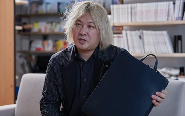 津田大介氏が大阪生まれの薄型リュックを試用した
