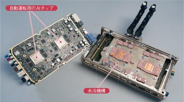 モデル3が搭載する統合ECU「HW3.0」。2枚の基板を搭載する。1枚は独自開発した人工知能(AI)チップを実装する自動運転用で、もう1枚はインフォテイメントシステムなどを制御するMCU(メディア・コントロール・ユニット)。基板間に水冷ヒートシンクを配置した(撮影:日経Automotive)