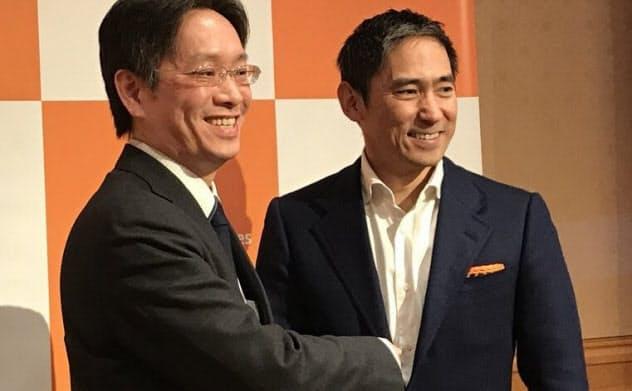 ソニー銀行の福嶋達也執行役員(左)とアマゾンウェブサービスジャパンの長崎忠雄社長(右)