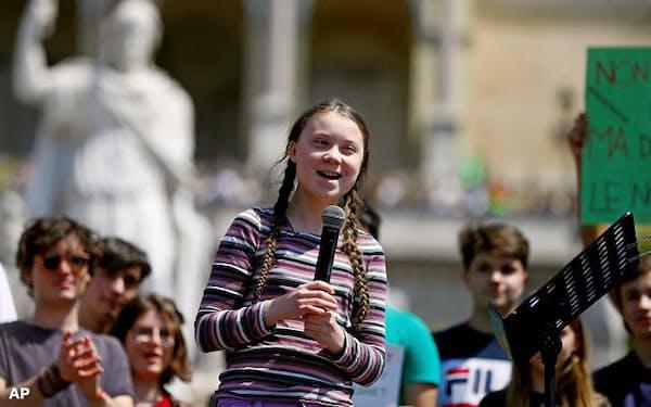 グレタ・トゥンベリさん(写真中央)が15歳で始めたストライキは世界100カ国以上に広がる(2019年4月19日、ローマ)=AP