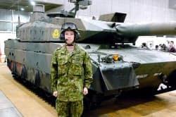 自衛隊ブースに展示された「10式」戦車と、同戦車を実際に操縦する浦松丈司自衛官