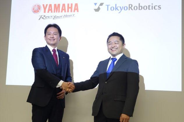 ヤマハ発動機の山田勝基氏(左)と東京ロボティクスの坂本義弘氏(写真:日経クロステック)