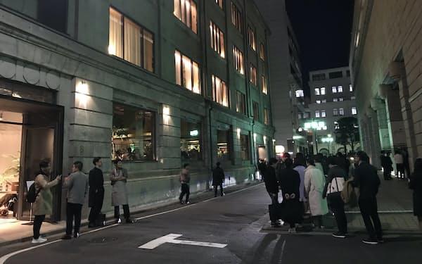 明かりがともる「K5」。右側は東京証券取引所
