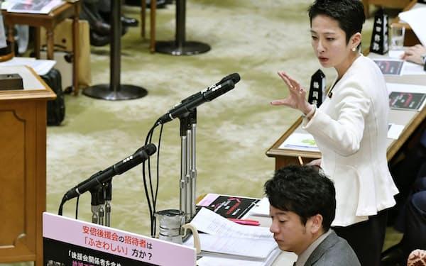 参院予算委で質問する立憲民主党の蓮舫参院幹事長(右、1月29日)=共同