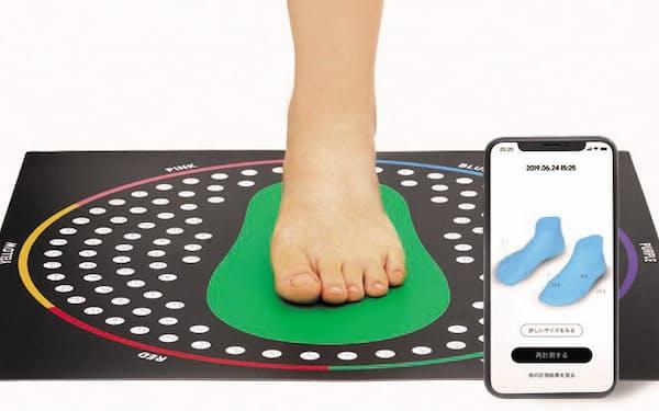 専用のマットに足を載せて撮影すれば足の形を計測できる(写真提供:ZOZO)