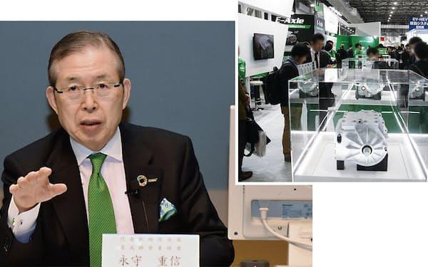日本電産の永守氏と同社のイーアクスル(写真:日経クロステック)
