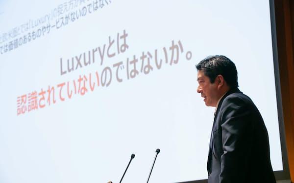 「ラグジュアリーを高価、華美とネガティブにとらえる人もいます。でも本来はめったに得られない喜び、ぜいたくを超えた価値といったことなんです」と「JAPAN'S AUTHENTIC LUXURY SYMPOSIUM」で話す隅谷彰宏さん(東京都港区の慶応大で)