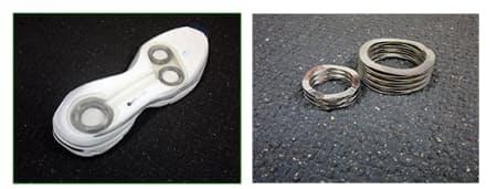 「ウェーブスプリング」(写真右)という反発性と安定性を兼ね備えたバネをミッドソールに内蔵(写真左)
