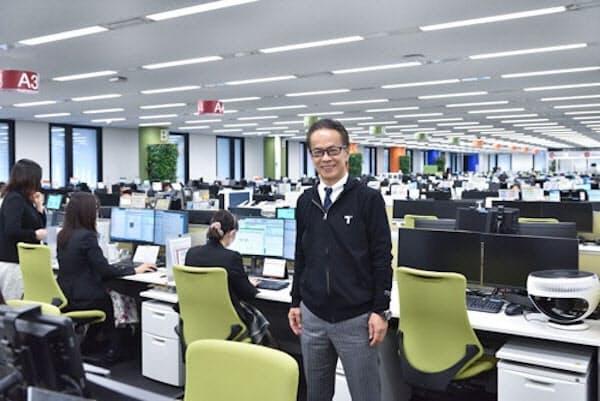 名古屋市中心部にある「コネクティッドセンター」。中央は運営するトヨタコネクティッド社長を務めるトヨタ副社長の友山茂樹氏(写真:上野英和)