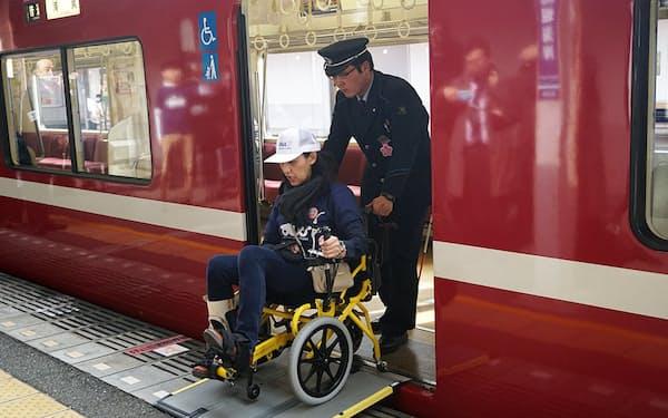京急馬堀海岸駅で、車いす利用者を介助する駅員。「ユニバーサルMaaS」が広がれば、誰もが不自由なく公共交通で移動できる
