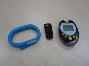 試したのは「UP by Jawbone」(左)と「FitbitOne」(中)。比較のためオムロンの活動量計(右)も一緒に持ち歩いた