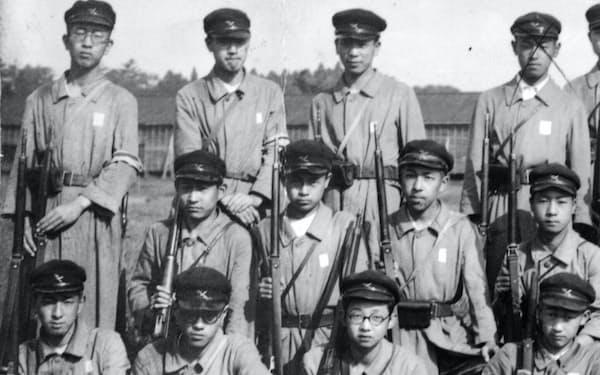 中学の軍事教練(前列左)
