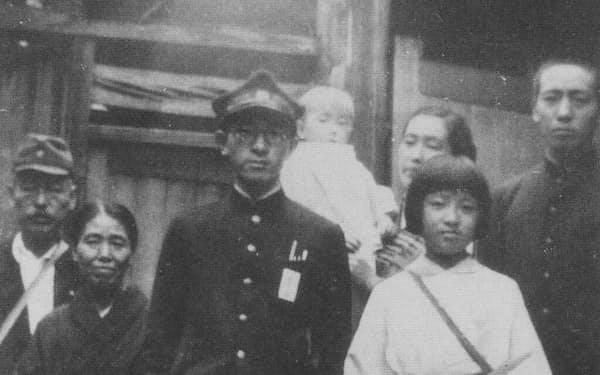 入営の朝、家族と(左は母)