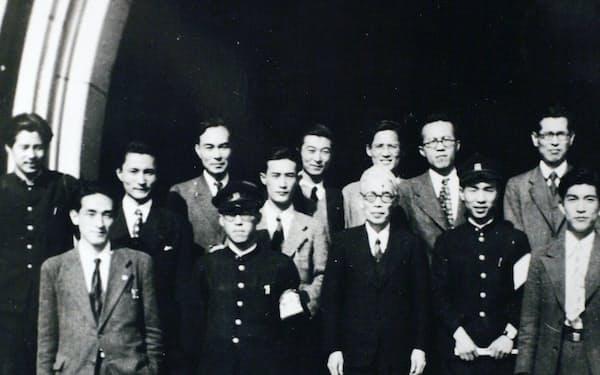 東大新人会のころ(前列左。中列右端は南原繁総長)