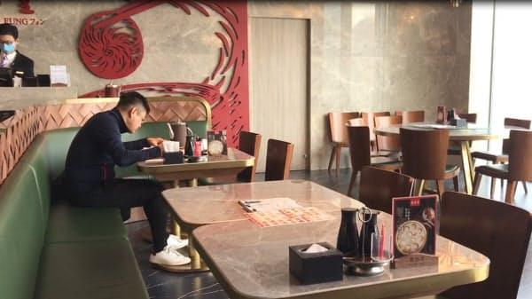 営業を再開したショウロンポウの人気店も客の入りは悪い(北京市)