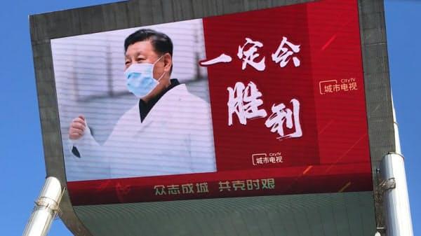 北京市内にはマスク姿の習近平氏を大写しにした掲示物がある