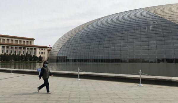 「巨大な卵」の愛称を持つ国家大劇院では全面的な改修作業が始まった(北京市内)