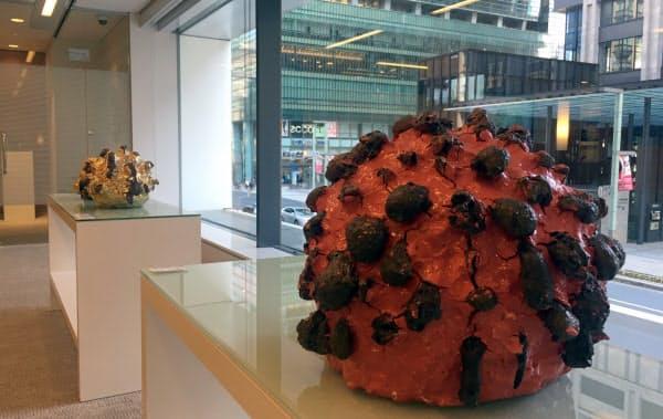 SMBC信託銀行は日本橋支店に現代アート作品を展示し、新規顧客の契約などにつなげている(桑田卓郎氏の作品)