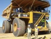 写真1 ブリヂストンが製造する鉱山車両用超大型タイヤ  直径は4メートルに達し、価格は1本当たりおよそ500万円。新システム「B-TAG」を活用することでタイヤ寿命を伸ばし、顧客満足度を向上させる。世界シェアで拮抗する仏ミシュランを突き放す