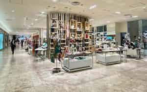年間約2300万人が来店するジェイアール京都伊勢丹の2階メインエントランス左手には、京都最大のティファニーと百貨店が得意とするシーズン雑貨を配置し、入店を誘う