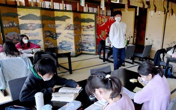 料亭の客間で自習する子どもたち(13日、京都市)=笹津敏暉撮影