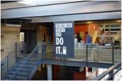 """スタンフォードのデザインスクールの校舎。""""THE ONLY WAY TO DO IT IS TO DO IT""""というロゴが面白い"""
