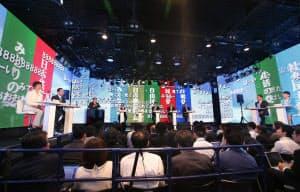 インターネット番組の討論会に臨む各党党首ら(6月28日、東京・六本木)