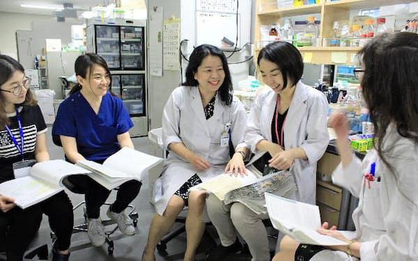 医学を志す女性は増えている(研究室で議論する原田美由紀・東大医学部講師=中)
