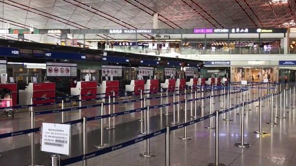 いつもは長蛇の列ができる出発ロビーの国際線チェックインカウンター(北京首都空港)