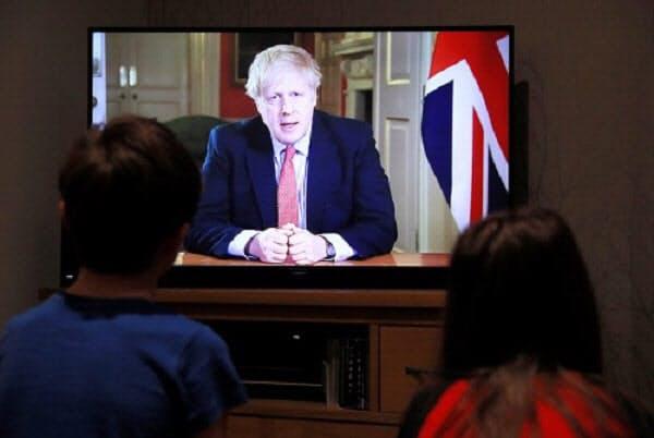 英国のボリス・ジョンソン首相は23日夜、国民にビデオメッセージで外出禁止を求めた(写真:ロイター/アフロ)