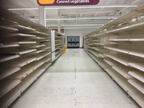 19日夜のロンドン西部のスーパーマーケット「セインズベリー」。店内に商品はほとんど残っていなかった